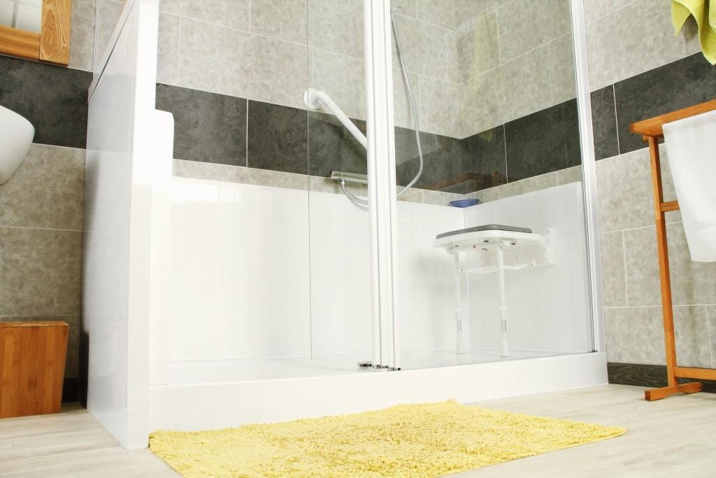 Remplacer sa baignoire par une douche adapt e aux seniors - Remplacer une baignoire par une douche ...